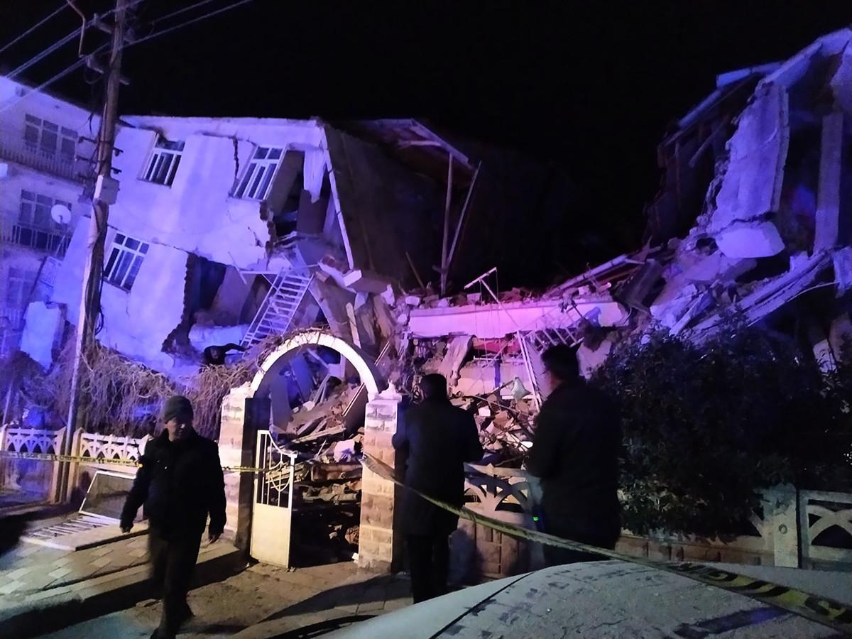 2020年1月24日,土耳其東部遭遇強震,造成6人喪生,地震中心附近建築物受損,幾個鄰國有震感。(Photo by DHA / DHA / AFP / Turkey OUT)