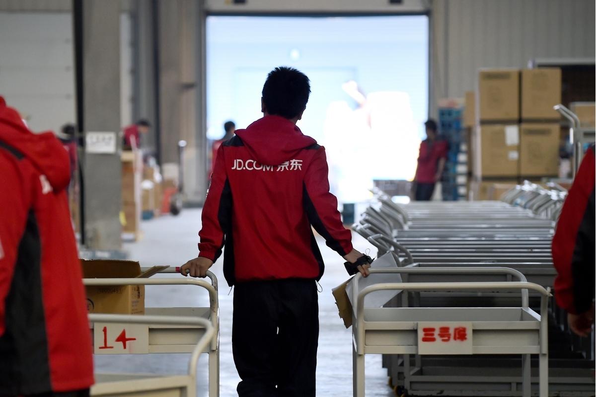 中共肺炎疫情使大陸各界冷冷清清。二月份的PMI創下驚人的35.7。圖為京東員工。(AFP)