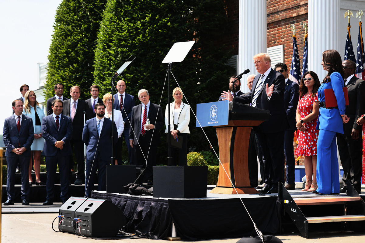 前美國總統特朗普及其律師團隊7月7日在新澤西州貝德明斯特召開記者會,宣佈將在佛州對三大科技公司推特、Facebook和Google提起訴訟,捍衛第一修正案賦予的言論自由權。(Michael M. Santiago/Getty Images)