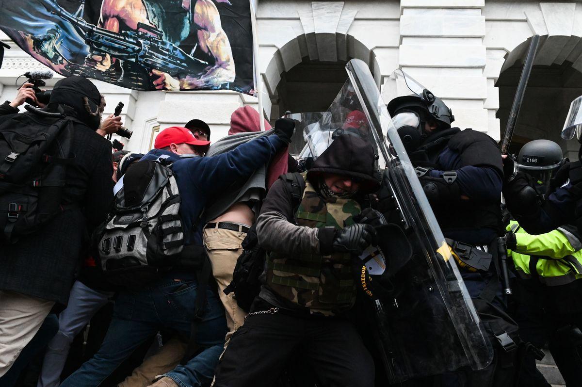 圖為1月6日國會外的抗議者與美國警方起衝突。(ROBERTO SCHMIDT/AFP via Getty Images)