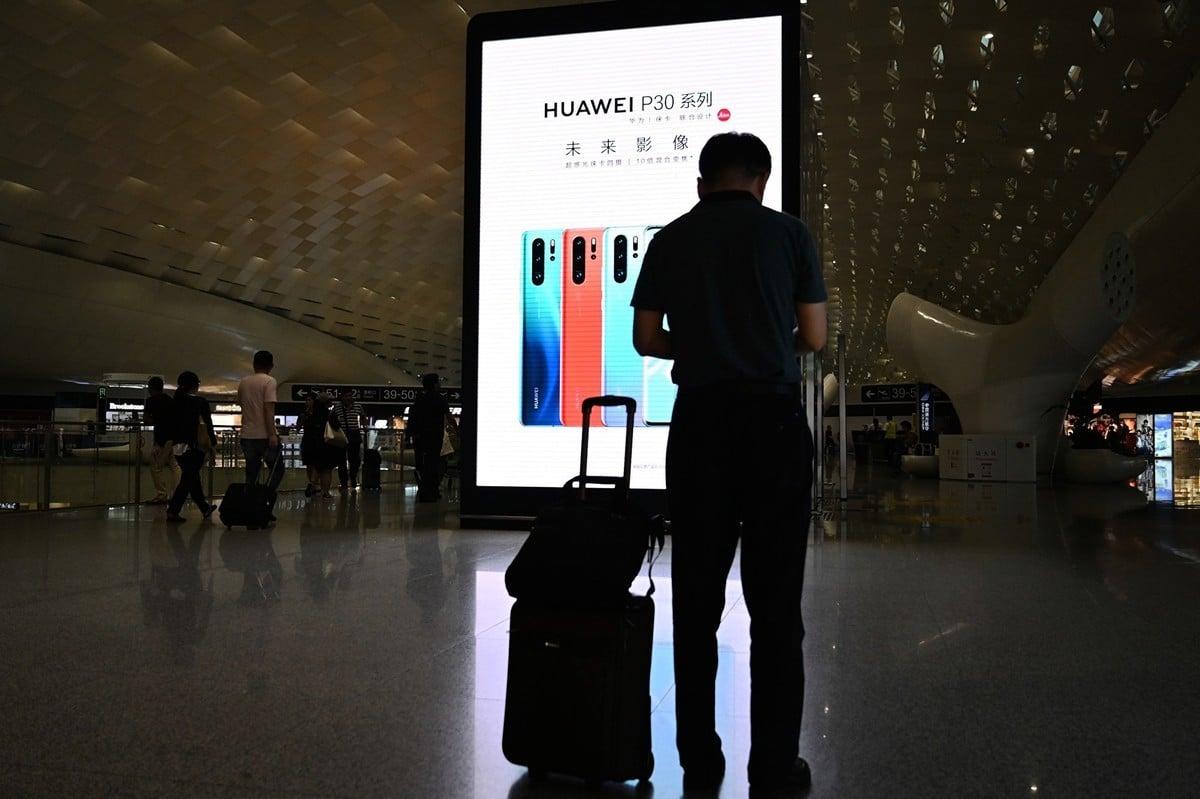 美國務院高官上周在倫敦表示,如果讓華為進入英國電信網絡,有可能導致數百萬人的手機被監聽。(HECTOR RETAMAL/AFP/Getty Images)