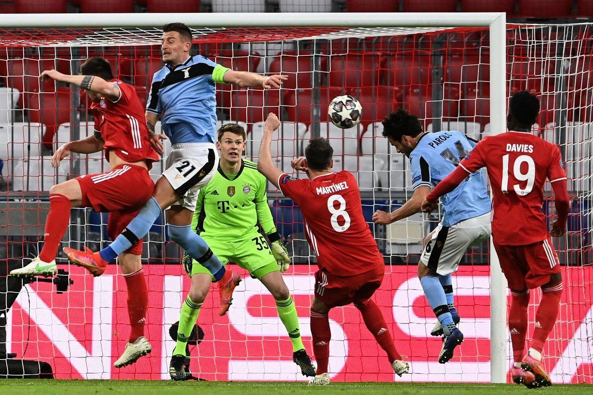 在歐冠16強兩回合淘汰賽中,「德甲霸主」拜仁以總比分6比2雙殺意甲球隊拉齊奧,輕鬆晉級。圖為雙方球員門前拼搶瞬間。(CHRISTOF STACHE/AFP via Getty Images)