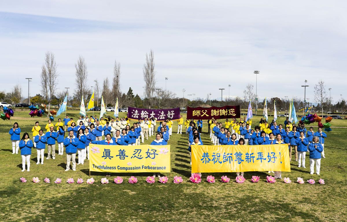 2021年1月31日,中國新年來臨之際,洛杉磯部份法輪功學員向法輪大法創始人李洪志先生拜年。(季媛/大紀元)