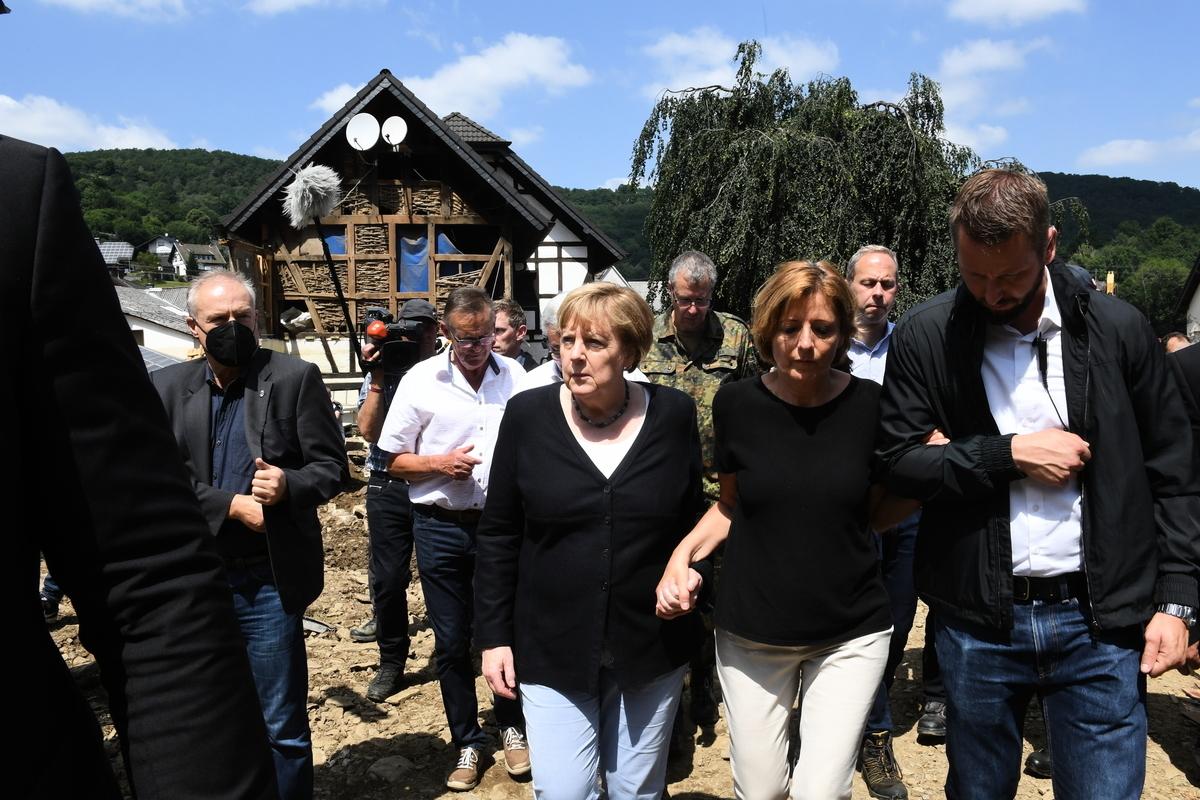 2021年7月18日,德國總理默克爾,訪問了在洪災的重災區。近日,極端降雨在德國和西歐其它地區造成了毀滅性的洪災,使該地區遭受重創,至少造成188人死亡。(Christof Stache-Pool/Getty Images)