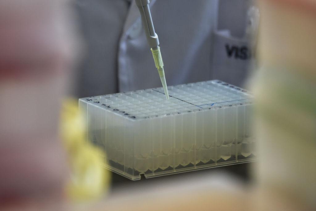 大陸各地派出所正在入村、入戶、入校進行DNA數據採集。圖為北京各色DNA科技的實驗室。(GREG BAKER/AFP/Getty Images)