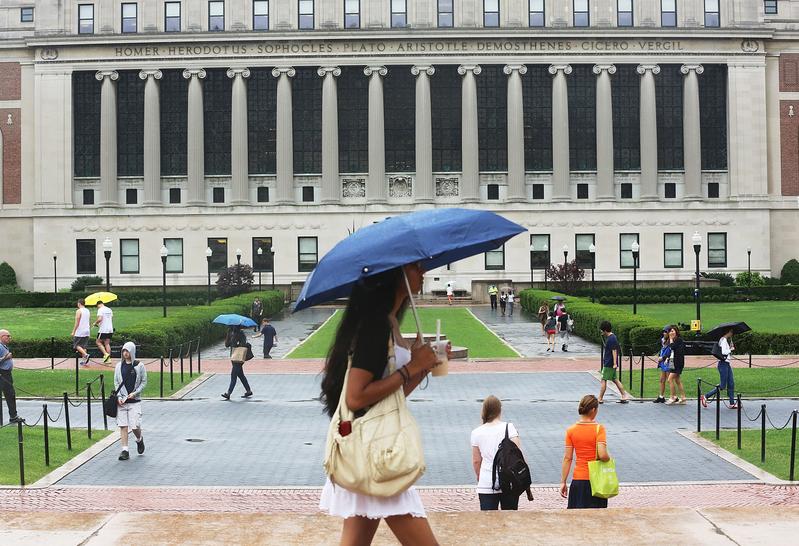 有統計數據顯示,美國大學入學的上升勢頭已經開始轉變。圖為紐約哥倫比亞大學校園。 (Mario Tama/Getty Images)
