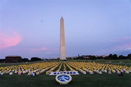 2019年7月18日,上千名法輪功學員在美國首都華盛頓紀念碑下舉行燭光守夜活動,悼念在中國被迫害致死的法輪功學員。(明慧網)
