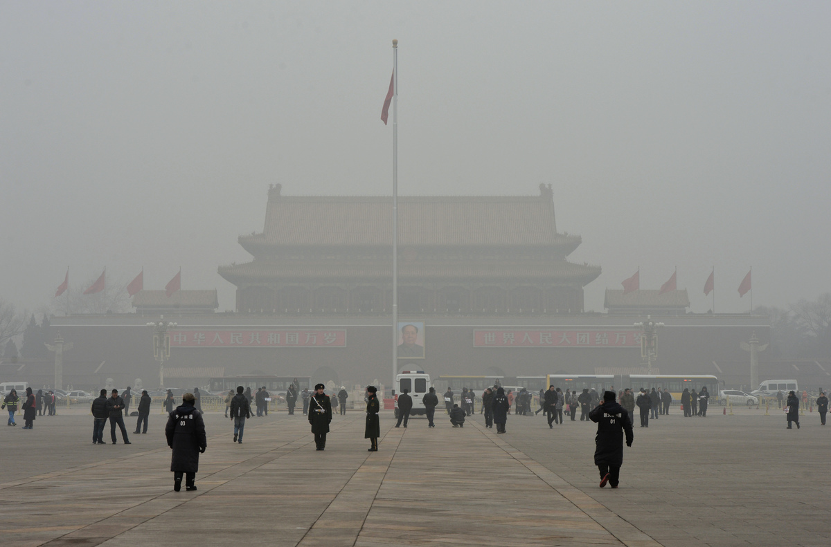 陰霾籠罩下的北京天安門廣場。(MARK RALSTON/AFP via Getty Images)