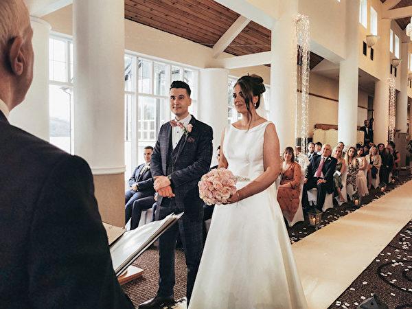 霍莉和詹姆斯在舉行婚禮。(由詹姆斯‧舍芮絲提供)