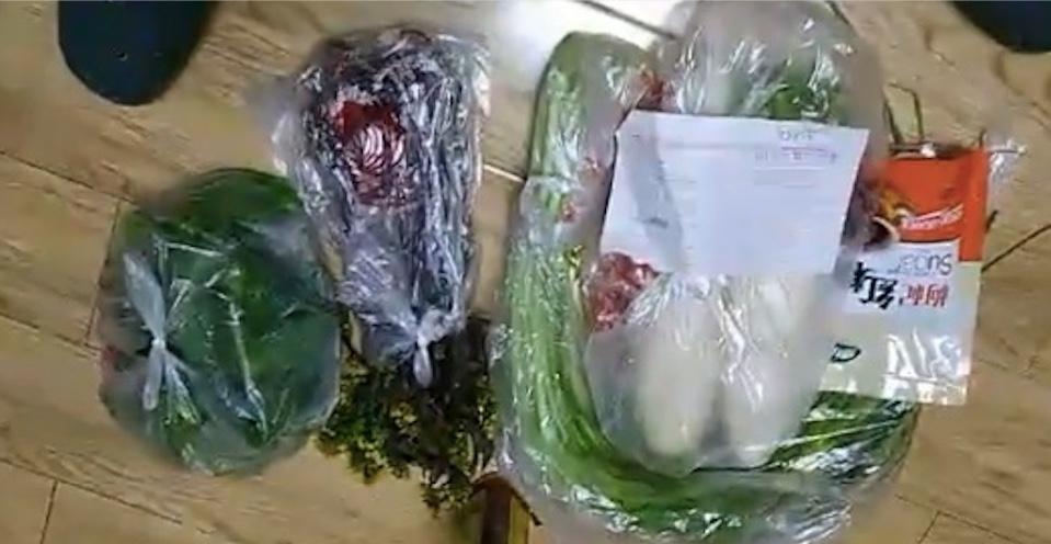 有影片顯示,2月25日,有武漢市民買兩個蘿蔔要35元,兩把蒜苗24元。(影片截圖)