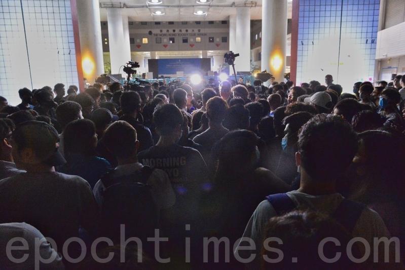圖為2019年11月4日,香港科大生墜樓危殆,學生會發起集會打氣。學生包圍校長促跟進。(宋碧龍/大紀元)