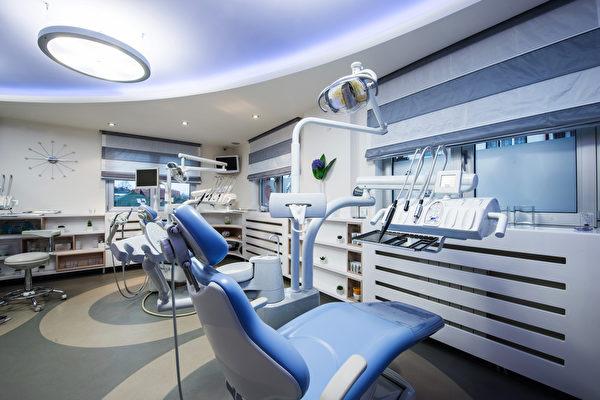 英國一名53歲的男子是三個孩子的父親,他在一個牙醫診所一次拔除10顆牙齒,結果流血不止死亡。(Fotolia)