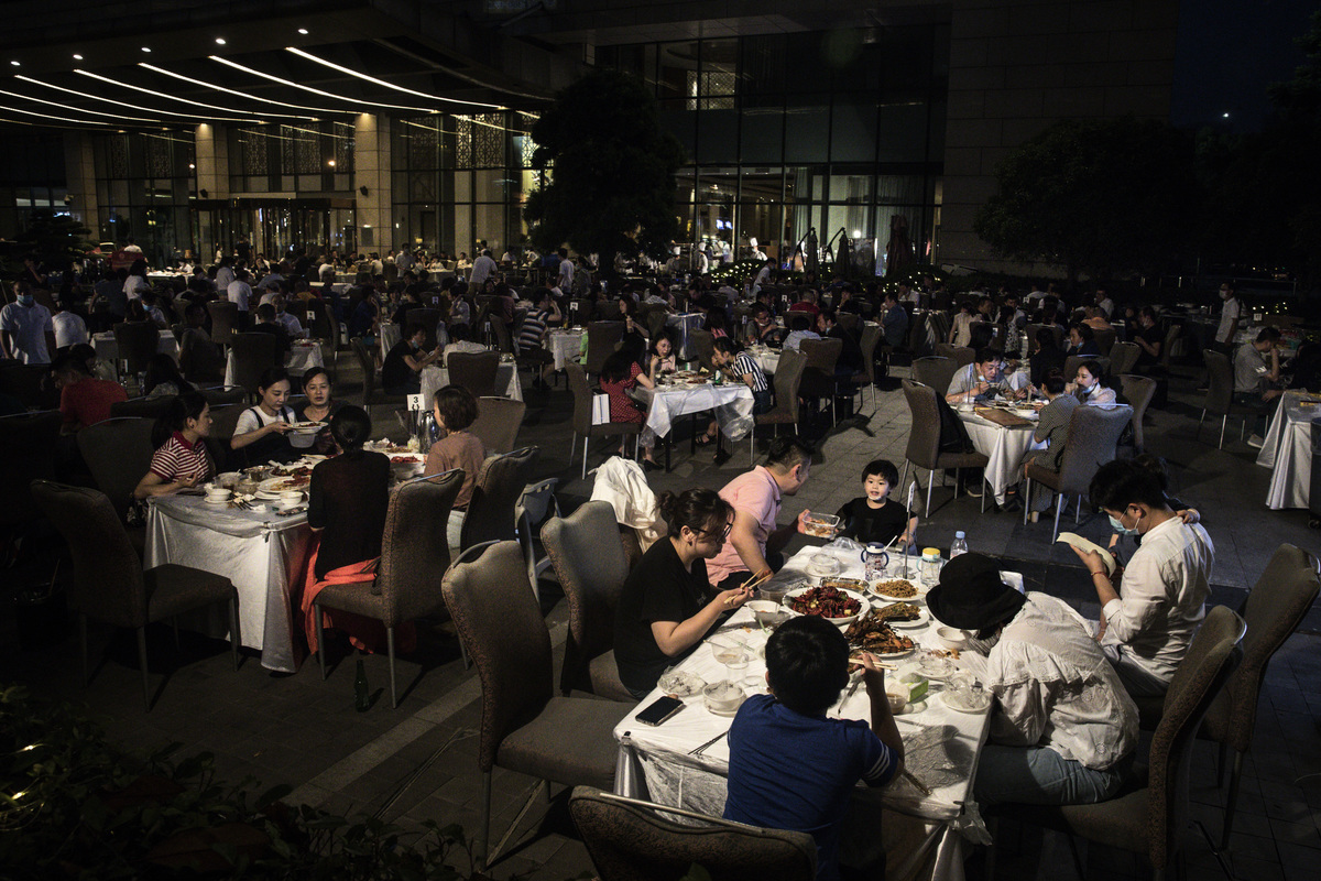 受中共肺炎疫情影響,中國餐飲業遭到重創。圖為5月28日武漢居民在喜來登酒店外用餐。該酒店恢復營業後,每日營收僅是去年同期的十分之一。(Getty Images)
