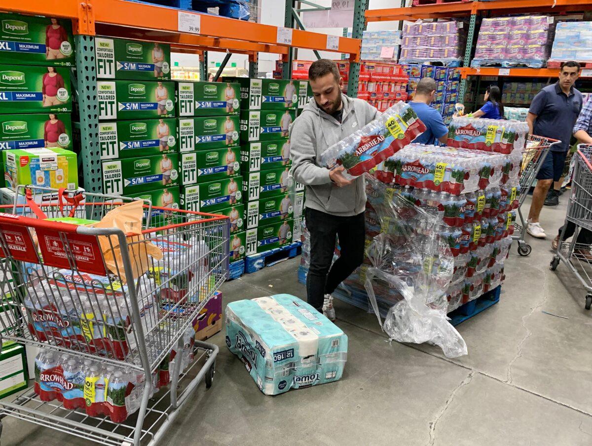 2020年2月29日,一名男子在洛杉磯的一家商店買水、食物和衛生紙。(Mark Ralston/AFP via Getty Images)