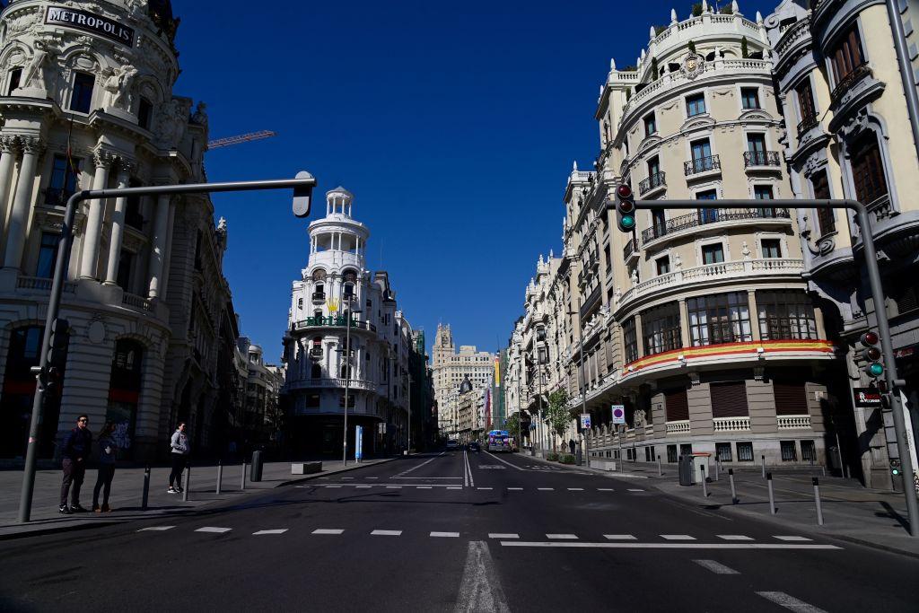 西班牙是歐洲疫情最嚴重的地區之一,確診感染人數在西方世界排名第二。圖為2020年3月14日馬德里空蕩蕩的街頭。(JAVIER SORIANO/AFP via Getty Images)