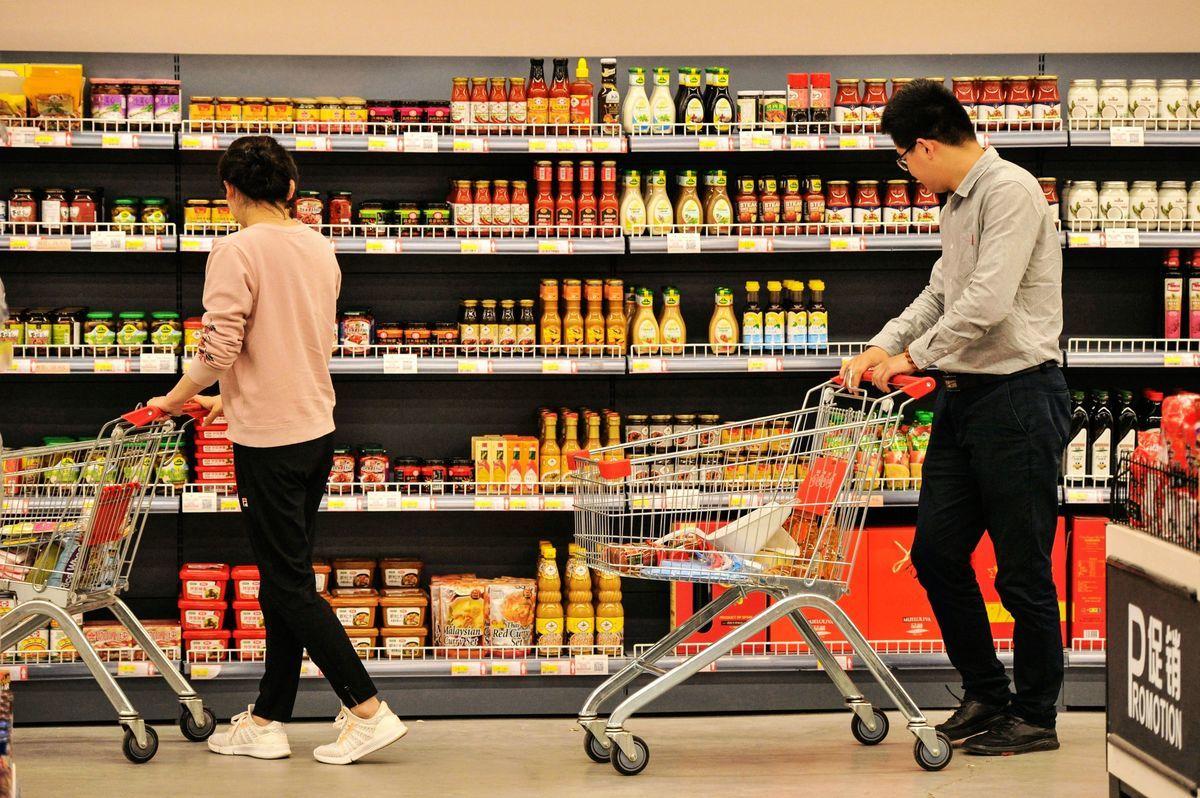 在中美貿易緊張局勢加劇之前,中國經濟已面臨逆風,4月社會消費品零售總額降至2003年5月薩斯期間以來最低。圖為民眾選購生活必需品。(STR/AFP/Getty Images)