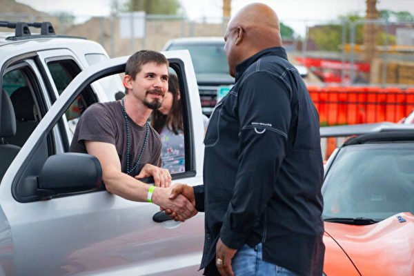 每天步行上班 伊戰老兵獲慈善機構贈翻新車