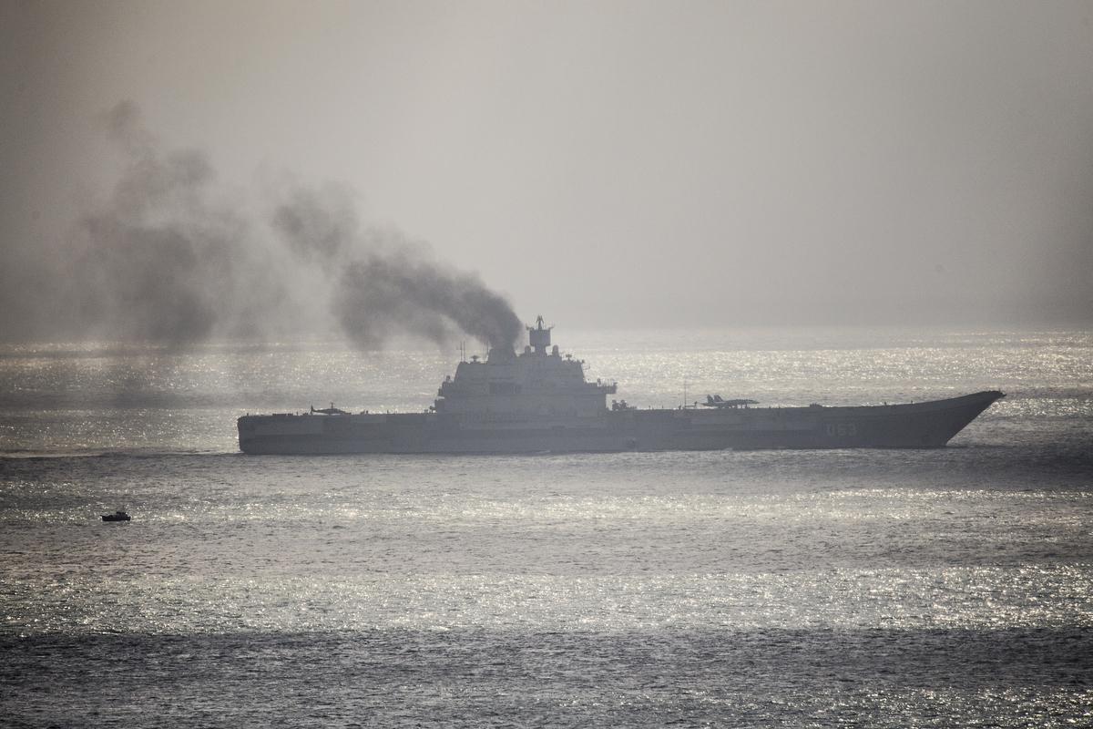 2016年10月,俄羅斯海軍「庫茲涅佐夫元帥號」航母被派往地中海,支援俄軍在敘利亞的行動。但一路黑煙滾滾被全世界所嘲笑。(Leon Neal/Getty Images)
