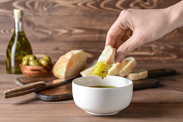 橄欖油的發煙點相對較低,非常適合做沙律或清炒;如果拿來油炸的話,就容易變質。 (shutterstock)