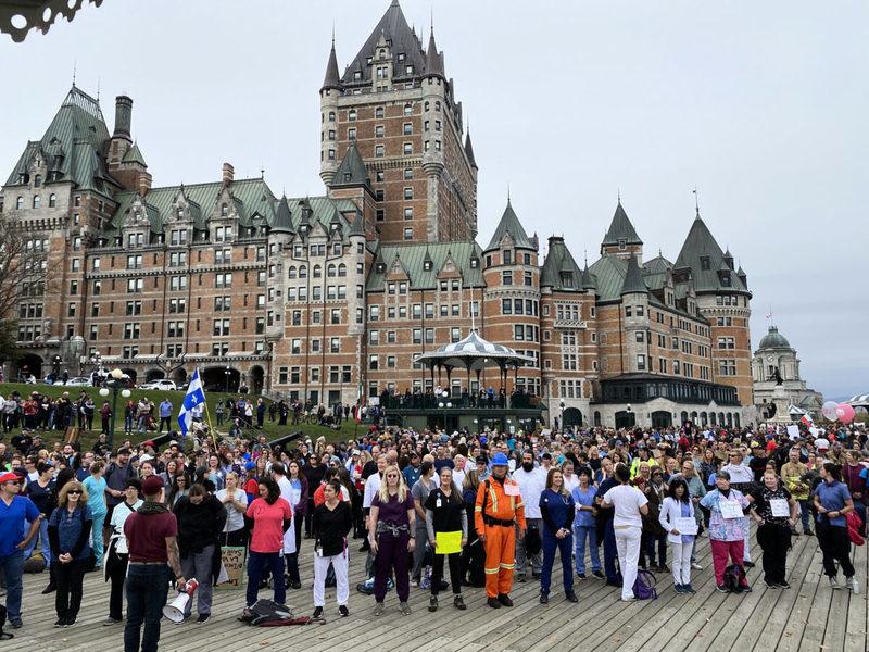 加拿大魁省推疫苗護照 逾千員工組人鏈靜默抗議