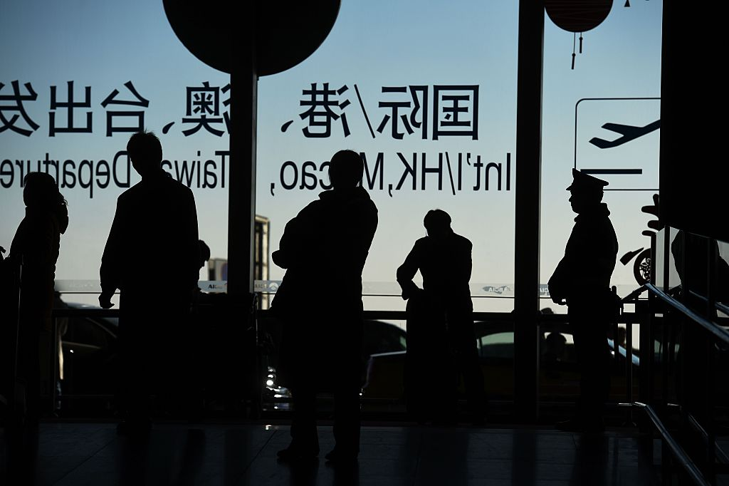 有些外國公民直到想離開中國時,才發現自己被限制出境。(GREG BAKER/AFP via Getty Images)