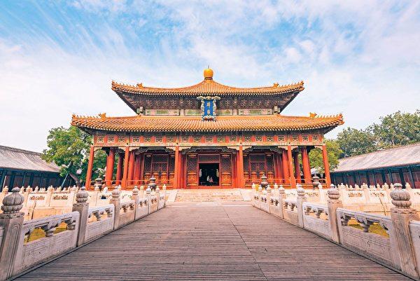 1287年,朝廷設立國子學,學習內容主要為儒經。示意圖,圖為北京國子監的辟雍大殿。(Shutterstock)