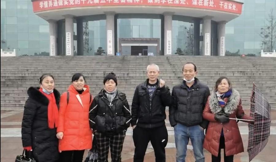 家破人亡 重慶失地農民政府前抗議官員腐敗