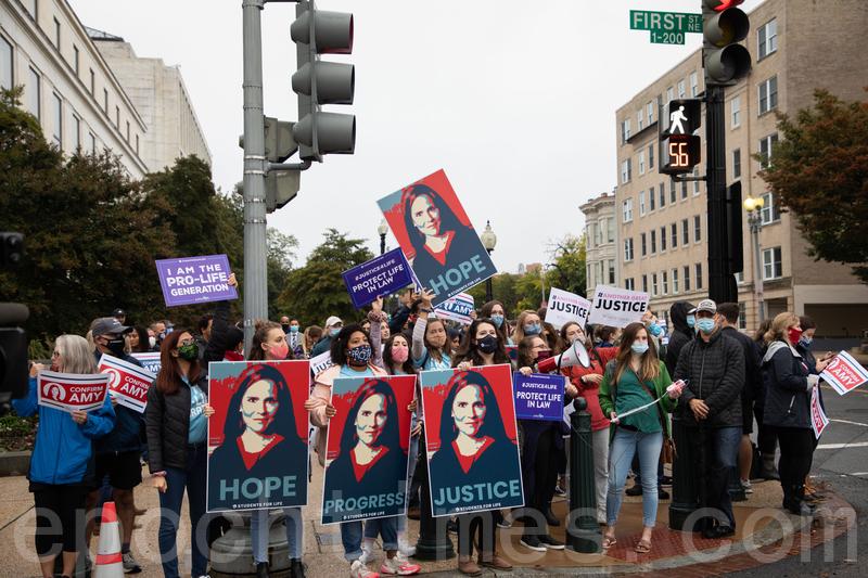 2020年10月12日,數百民眾冒雨在美國國會集會,表達對巴雷特(Amy Coney Barret)法官的支持。(林樂予/大紀元)