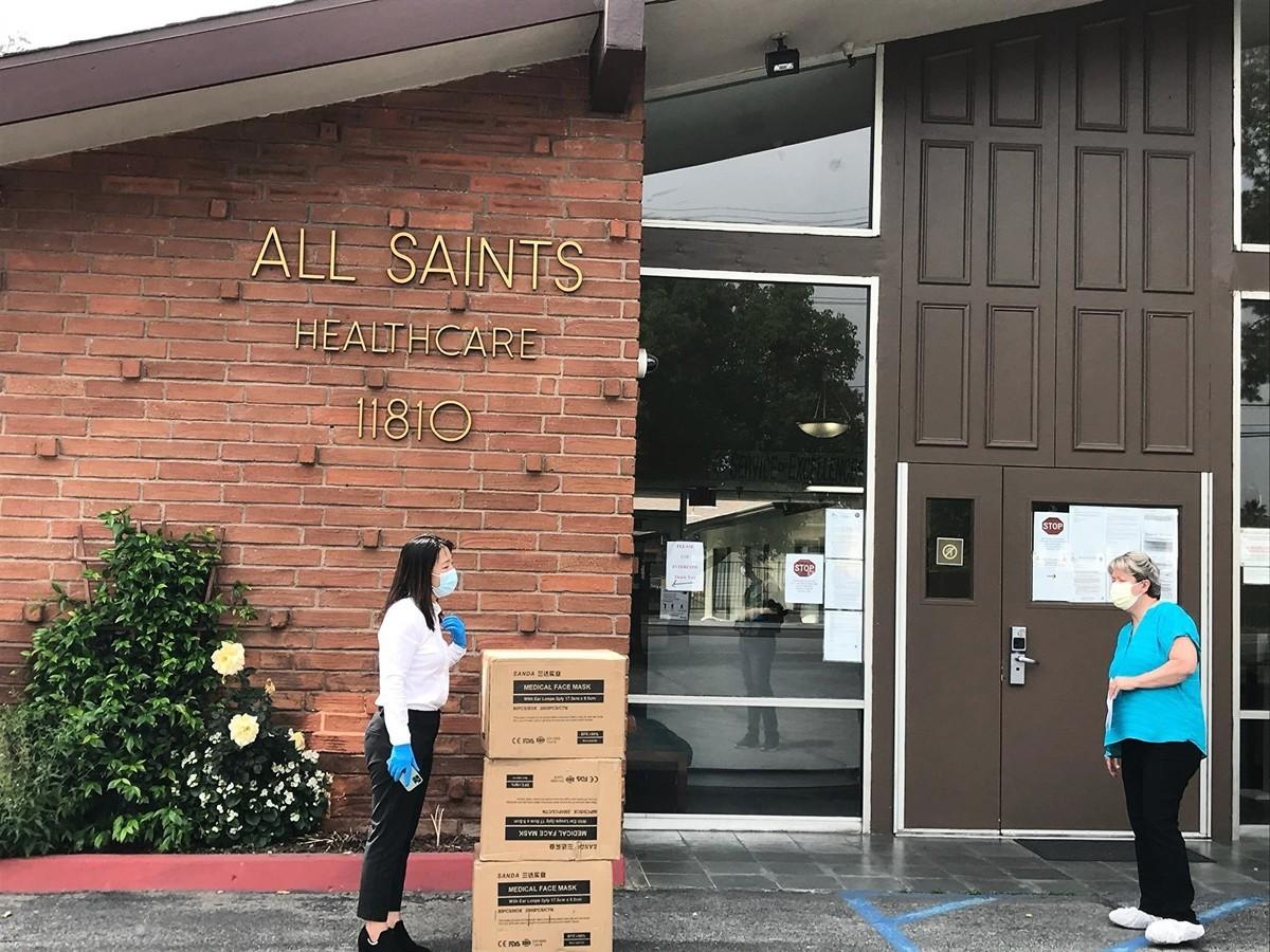 2020年4月29日,中國遊客徐諾將6000個醫用口罩贈予洛杉磯某醫院。(徐諾提供)