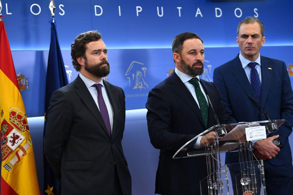 西班牙第三大黨VOX黨的主席阿巴斯卡(Santiago Abascal,中)和秘書長史密斯(Javier Ortega Smith,右)的中共肺炎神奇治癒。圖為他們2019年11月在馬德里的一次會議上。(Gabriel BOUYS/AFP)