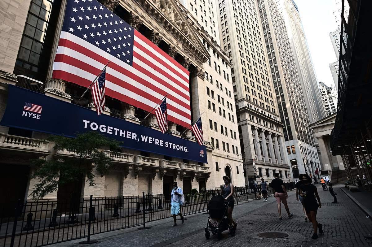 2020年7月13日,紐約華爾街,人們走過紐約證券交易所(NYSE)前。(Photo by Johannes EISELE/AFP)