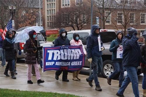 密歇根州的集會於2020年12月12日中午12時開始,12時30分左右開始耶利哥遊行。上千名來自密歇根州各界民眾冒雨圍繞密歇根州國會大廈的整個街區遊行七次,祈禱腐敗和選舉舞弊的城牆倒塌。(林慧心/大紀元)
