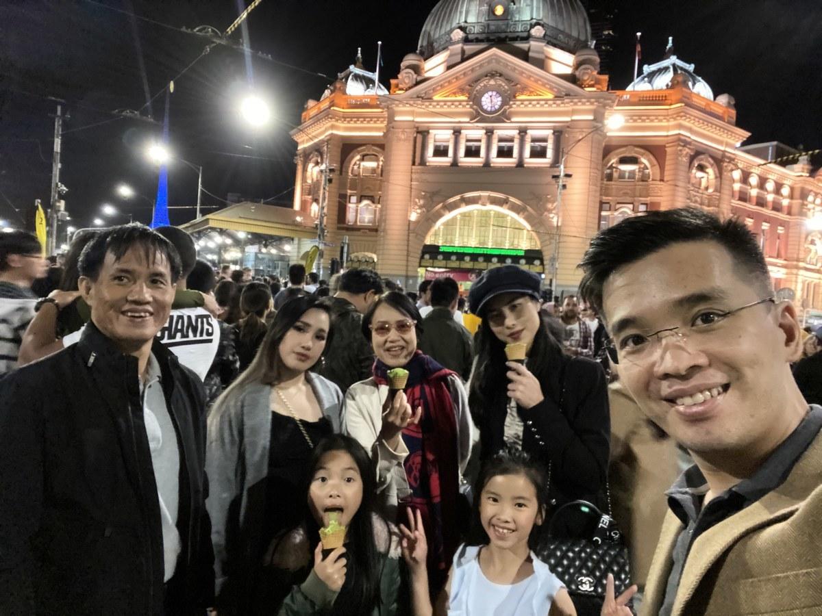 Viet Hoang(右一)和太太及其家人共度2019年跨年夜,幾個月後,Hoang的岳父母也開始修煉法輪功。(本人提供)