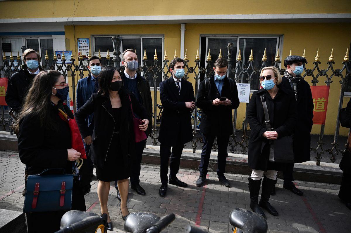 3月19日,加拿大公民斯帕沃爾(Michael Spavor)的案件在遼寧丹東中級法院開審。加拿大、美國、澳洲、等多國駐華外交人員到場要求旁聽但被拒絕。(NOEL CELIS/AFP via Getty Images)