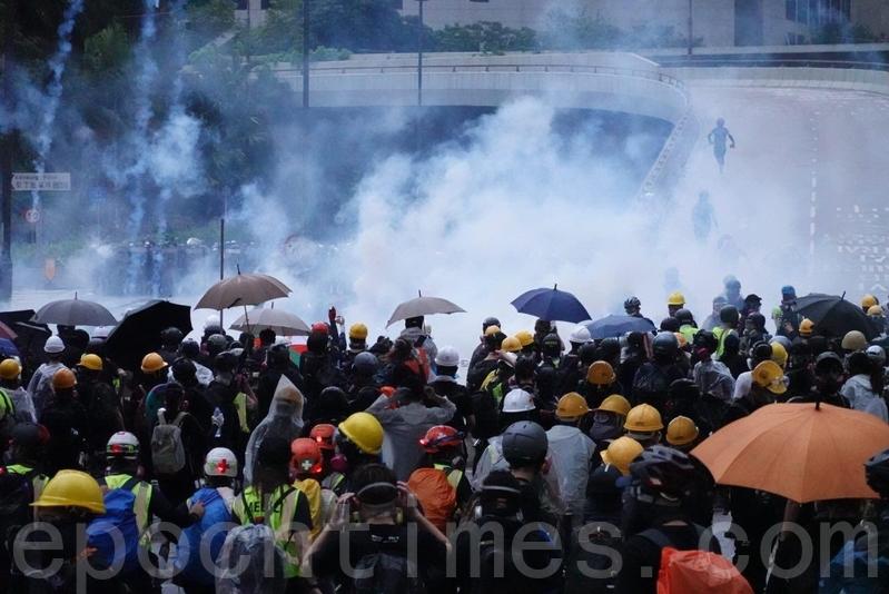 8月31日,政府總部天橋底下,警方大發催淚彈。(余鋼/大紀元)