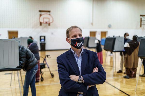 2020年11月3日,大選投票日, 明尼蘇達州民主黨州務卿史蒂夫‧西蒙(Steve Simon)在明尼阿波利斯市(Minneapolis)布萊恩‧科伊爾社區中心(Brian Coyle Community Center)投票時,聽取志願者的意見。(KEREM YUCEL/AFP via Getty Images)