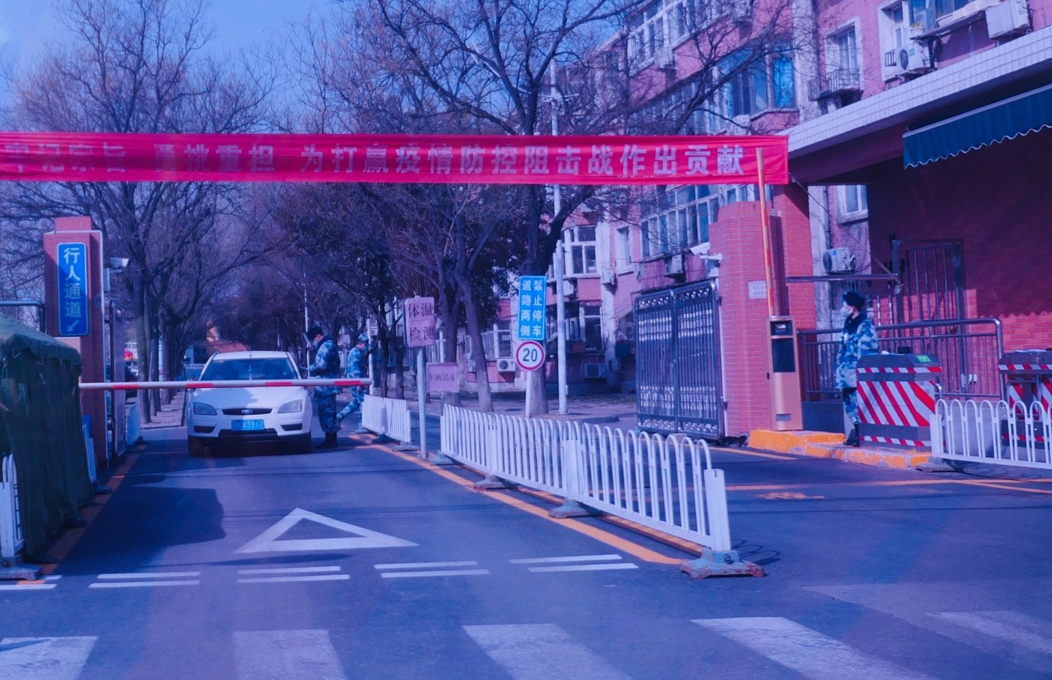 3月20日,北京軍隊大院仍然受嚴密監控,電話都被監聽,緊張防疫氣氛依然如故。(大紀元)