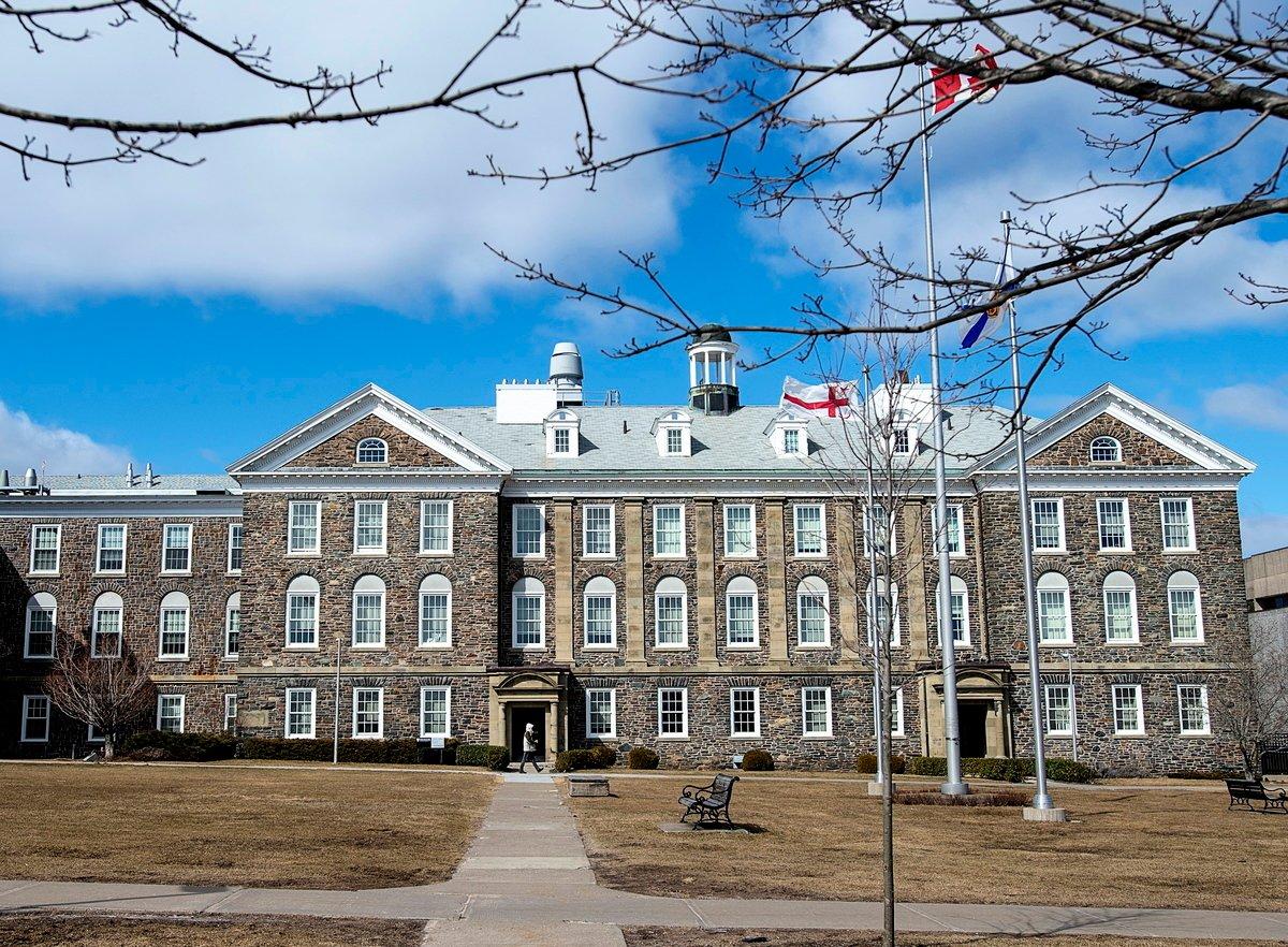 新斯科舍省的達爾豪西大學和中國康希諾之間的中共病毒(俗稱武漢病毒、新冠病毒、COVID-19)疫苗開發合作關係,由於對方違約被終止。圖為2020年3月16日,一名男子走過哈利法克斯的達爾豪西大學校園。(加通社)