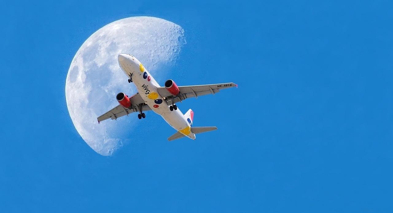 法國一位攝影師在自家後花園拍攝到一系列「飛機穿月」的精采作品。此為示意圖,與本文無關。(Pixabay)