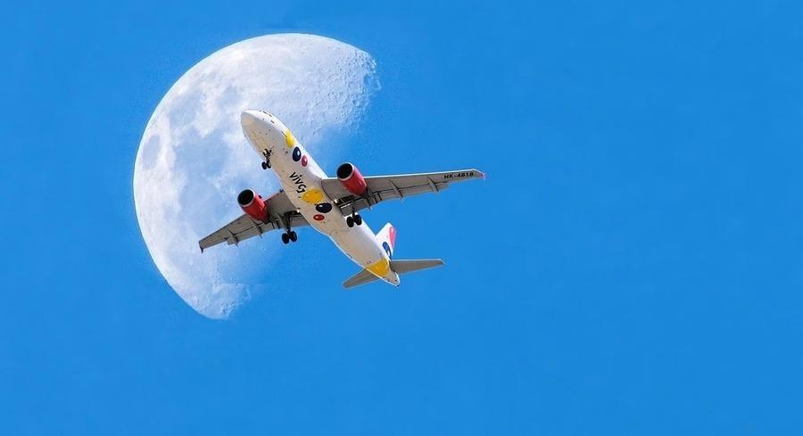 完美瞬間 法國攝影師耐心捕捉「飛機穿月」