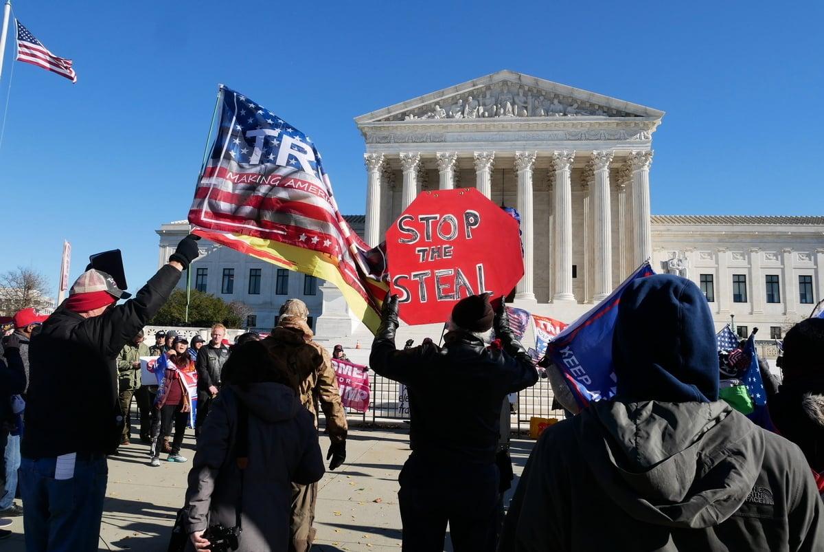 12月8日,一些美國民眾在聯邦最高法院前舉行集會,呼籲最高法院受理和裁決賓夕凡尼亞州選舉訴訟案。(李辰/大紀元)