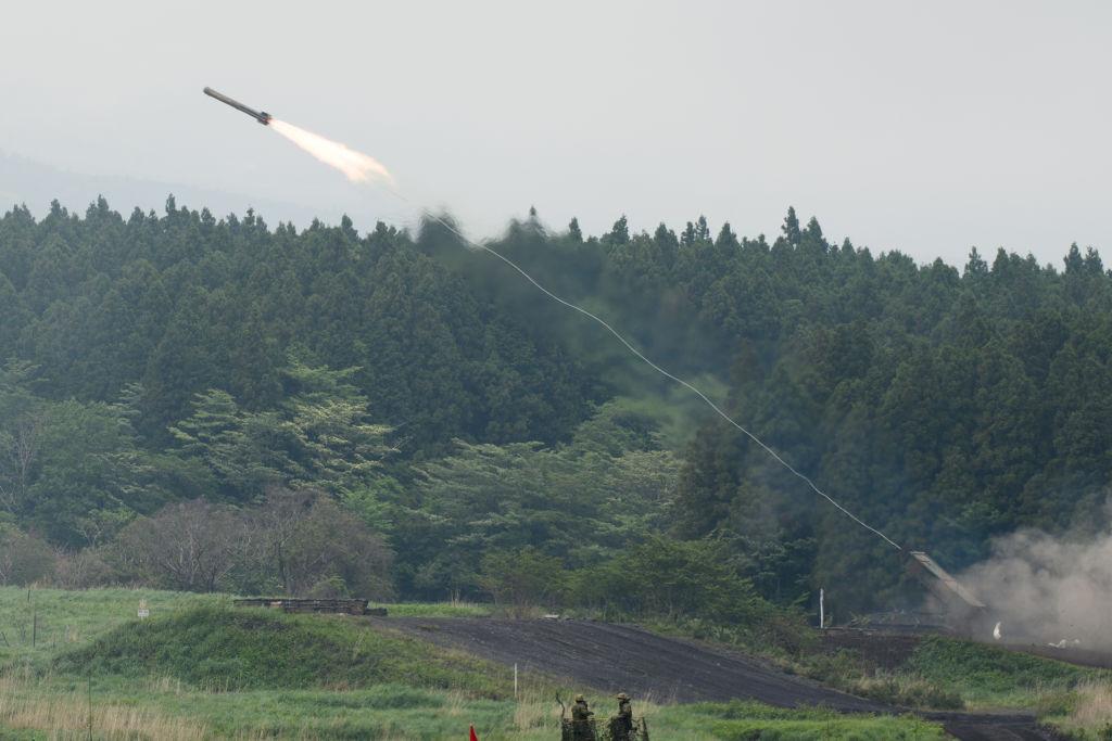 2021年5月22日,在日本靜岡縣御殿場,日本陸上自衛隊(JGSDF)的92型掃雷車在東富士機動區的JGSDF訓練場進行實彈演習時發射了一枚火箭。 (Akio Kon-Pool/Getty Images)