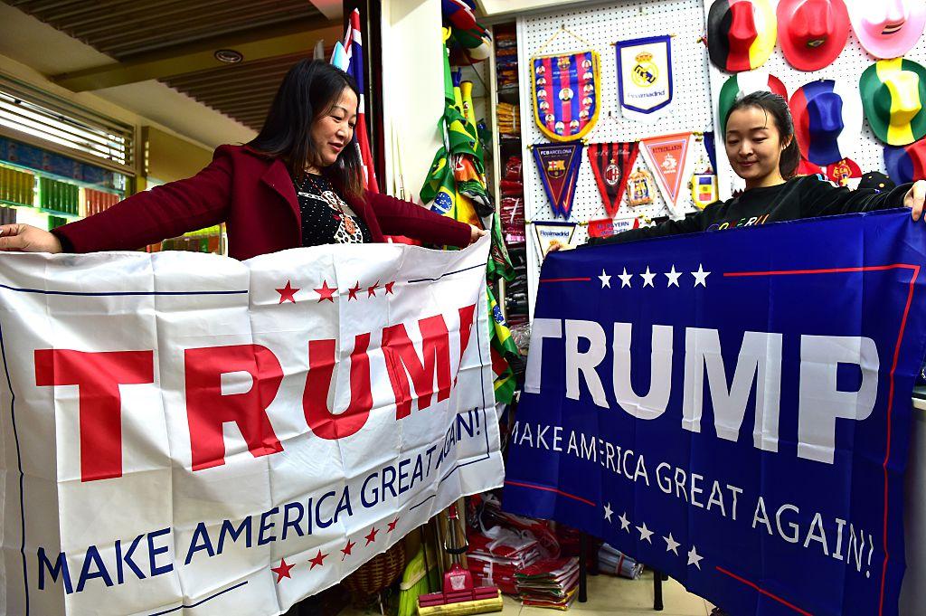 中國義烏的商家在製作支持特朗普的競選產品。(Getty Images)