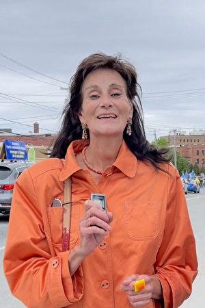 巴斯迪達女士(Bastida)說,法輪大法讓人們受益,「今天的遊行說明魁北克有這麼多法輪大法支持者。」(大紀元)