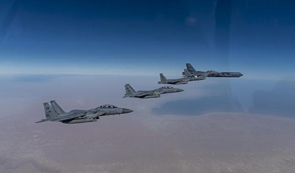 1月27日,美軍的B-52同溫層堡壘轟炸機從本土直飛中東,與沙特阿拉伯空軍的F-15SA戰鬥機一起飛行。(美國空軍)
