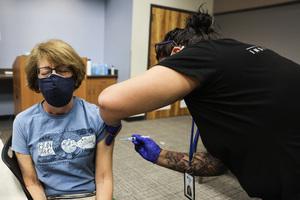 接種COVID-19疫苗後副作用:腋下出現腫塊