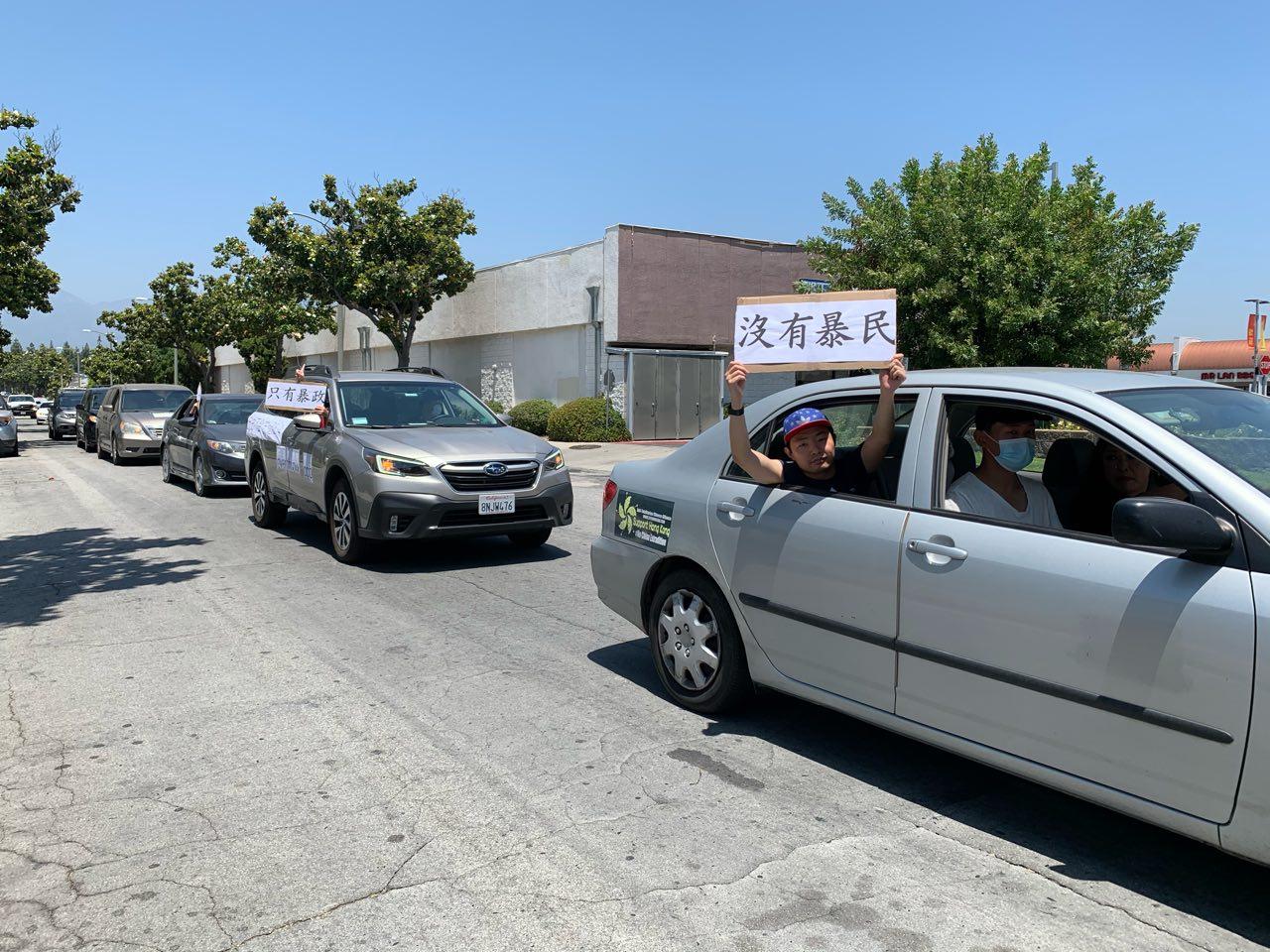 洛杉磯民運人士再組民主車隊,在聖蓋博谷華人區遊行,悼念六四死難者。(姜琳達/大紀元)