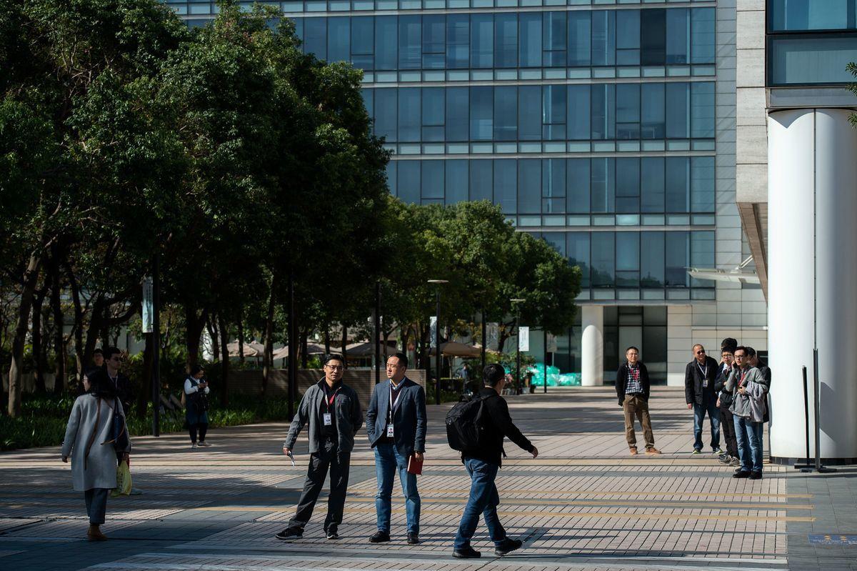 在美國的警告和推動下,西方各國開始禁止或考慮禁止華為5G產品。圖為深圳華為。(NICOLAS ASFOURI/AFP/Getty Images)