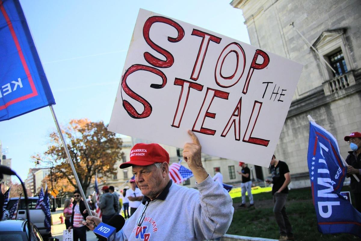 圖為2020年11月7日,參與「制止偷竊」集會的新州居民,手舉「制止偷竊」(Stop The Steal)看板接受採訪。(黃小堂/大紀元)