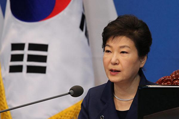 南韓總統朴槿惠因閨蜜崔順實涉嫌干預國政引爆醜聞,使其陷入重大政治危機,在野黨要求對她也展開調查。(YONHAP/AFP)